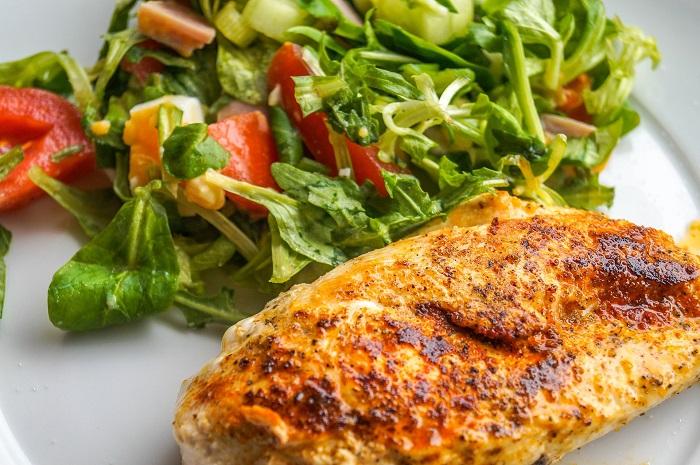Kuracie mäso so zeleninovým šalátom